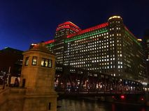 El paisaje urbano de Chicago iluminado con noche del día de fiesta de la Navidad se enciende imagen de archivo
