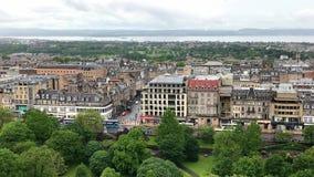 El paisaje urbano de Edimburgo, Escocia elevó la visión durante un día lluvioso almacen de video
