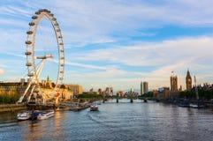 El paisaje urbano de Londres vio sobre el Támesis imagen de archivo libre de regalías