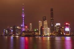 El paisaje urbano de Shangai hermosa de la noche imagen de archivo libre de regalías
