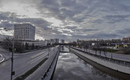El paisaje urbano hermoso de la tarde Fotos de archivo libres de regalías