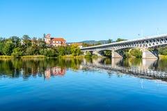 El paisaje urbano panorámico de Litomerice reflejó en el río de Labe, República Checa foto de archivo libre de regalías