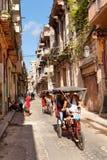 El paisaje urbano urbano, pedicab en el camino imágenes de archivo libres de regalías