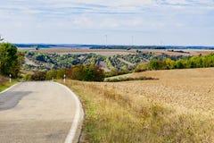 El paisaje y la carretera de asfalto a lo largo de la ruta del populair en Alemania, llamaron Romantische Strasse fotos de archivo