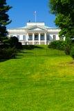 El palacio de Belweder visto de los baños reales parquea en Varsovia, Polonia foto de archivo libre de regalías
