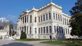 El palacio de Dolmabahce fue pedido por el sultán del ` s 31ro del imperio otomano, Abdulmecid I, y construido entre los años 184 metrajes