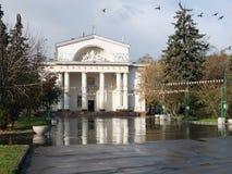 El palacio de la cultura de constructores en el cuadrado de Izmailovsky en Moscú Imagenes de archivo