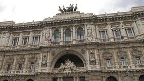 El palacio de la justicia en Roma, Italia - pasillo de la inclinación de la justicia tiró - 4k metrajes