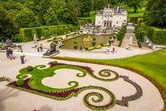 El palacio de Linderhof con la fuente y garten Foto de archivo libre de regalías