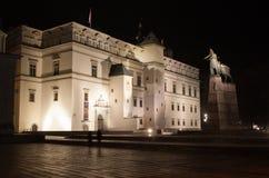 El palacio de los duques magníficos de Lituania y de un monumento a Li imagen de archivo libre de regalías