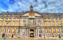 El palacio de los Príncipe-obispos en el lugar Santo-Lamberto en Lieja, Bélgica fotos de archivo