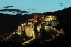 El palacio de Potala en la oscuridad Imágenes de archivo libres de regalías