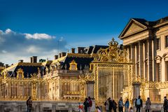 El palacio de Versalles en un día de invierno de congelación momentos antes de la primavera imagenes de archivo