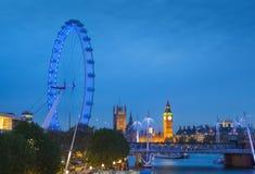 El palacio de Westminster Big Ben en la noche, Londres Foto de archivo