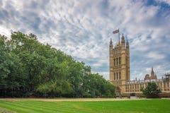 El palacio de Westminster, casas del parlamento y de Victoria Tower tiró de Victoria Tower Gardens, Londres, Reino Unido Imágenes de archivo libres de regalías