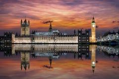 El palacio de Westminster en el clocktower de Big Ben en el río Támesis en Londres Imagen de archivo