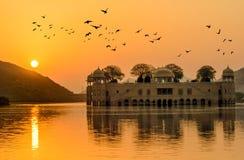 El palacio del agua en la salida del sol Rajasthán Jaipur Foto de archivo libre de regalías