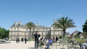 El palacio del castillo en Jardin du Luxemburgo cultiva un huerto cielo azul claro almacen de metraje de vídeo