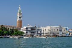 El palacio del dux y el campanil de St Mark en Venecia, Italia Imágenes de archivo libres de regalías