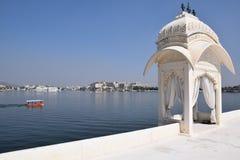El palacio del jardín del lago también llamó a Jag Mandir en el lago Pichola en Udaipur, Rajasthán, la India Fotografía de archivo libre de regalías