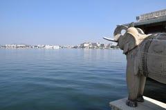 El palacio del jardín del lago también llamó a Jag Mandir en el lago Pichola en Udaipur, Rajasthán, la India Imagen de archivo libre de regalías