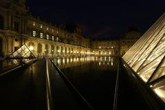 El palacio del Louvre y la pirámide Imágenes de archivo libres de regalías
