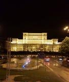 El palacio del parlamento en la noche, Bucarest, Rumania imagen de archivo libre de regalías