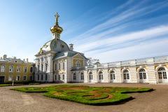 El palacio en el parque superior de Peterhof Rusia Foto de archivo