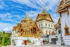 El palacio magnífico es señal en Tailandia imagenes de archivo
