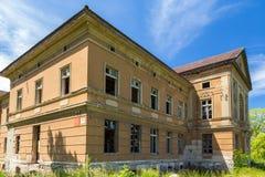 El palacio neoclásico en Zdrzewno Abandonado actualmente y devastado fotografía de archivo