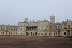 El palacio Paulo I y Karpin de Gatchina acumula en Gatchina foto de archivo