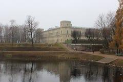 El palacio Paulo I y Karpin de Gatchina acumula en Gatchina fotografía de archivo libre de regalías