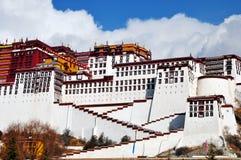 El palacio Potala con los peregrinos foto de archivo libre de regalías