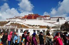 El palacio Potala con los peregrinos fotos de archivo libres de regalías