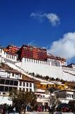 El palacio Potala con los peregrinos Fotografía de archivo