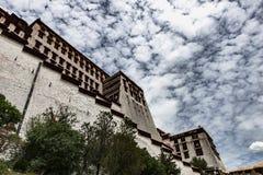 El palacio Potala en Lasa, Tíbet Foto de archivo