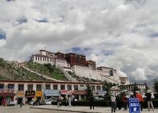 El palacio Potala en región de Lasa, Tíbet Foto de archivo libre de regalías
