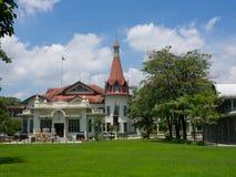 El palacio tailandés de Phaya está en los bancos del canal de Samsen con el campo de hierba verde hermoso en el distrito de Ratch imagen de archivo
