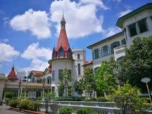 El palacio tailandés de Phaya está en los bancos del canal de Samsen con el campo de hierba verde hermoso en el distrito de Ratch foto de archivo libre de regalías