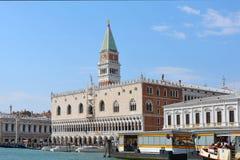 El palacio y el campanil del dux en Venecia - Italia Fotografía de archivo