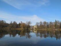 El palacio y Karpin de Gatchina acumulan en el parque de Gatchina fotografía de archivo