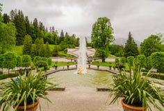 El palacio y la fuente de Linderhof agrupan la flora y puttos Baviera, Alemania Fotografía de archivo libre de regalías