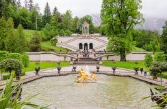 El palacio y la fuente de Linderhof agrupan la flora y puttos en Baviera Imagen de archivo