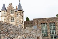 El palacio y las paredes Angers se escudan, Francia Foto de archivo libre de regalías