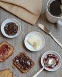 El paleo hecho casero, pan libre del gluten sirvió con el atasco, la mantequilla y el café imagenes de archivo