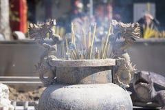 El palillo ardiente del incienso en dragón adornó el incensario Fotografía de archivo libre de regalías