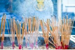 el palillo del incienso de la quemadura es creencias religiosas que los discípulos muestran la adoración a Buda imágenes de archivo libres de regalías