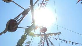 El palo de la vela es visible de debajo, los rayos del paso del sol a través del palo almacen de video