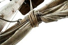 El palo del barco pirata con las velas viejas atadas rope aislado Fotografía de archivo