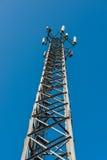El palo del transmisor contra el cielo azul Imagenes de archivo